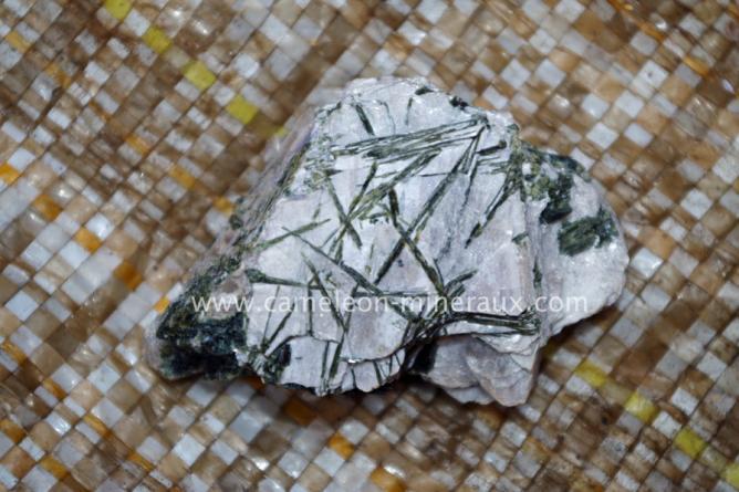 Tourmaline verte sur la lépidolite jolie et graphique